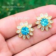 Brinco Semijoia Flor Pétalas Cravejadas De Micro Zircônias E Botão Em Cristal Cores Diversas-cristal Azul Claro