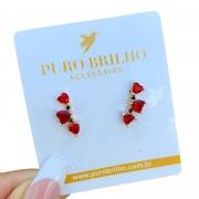 Brinco Semijoia Três Corações em Pedra Cristal Vermelho Rubi Folheado a Ouro 18K