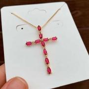 Colar Semijoia Crucifixo Com Pedras Em Zircônias Cor Rosa Escuro Folheado A Ouro 18k