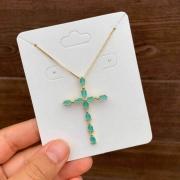 Colar Semijoia Crucifixo Com Pedras Em Zircônias Cor Verde Acqua Leitoso Folheado A Ouro 18k
