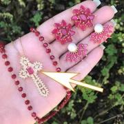 Colar Semijoia Crucifixo Cravejado Em Pedras Micro Zircônias E Pedra Rosa Escuro Leitoso