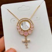 Colar Semijoia Nossa Senhora Com Pedra Rosa Leitosa Folheado A Ouro 18k