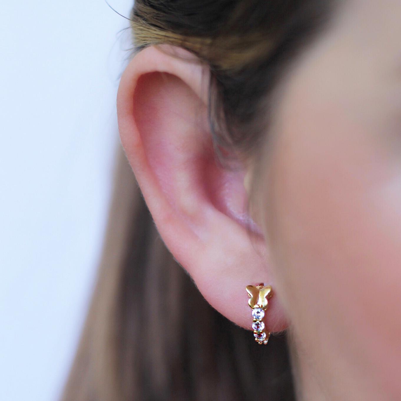Argola com Borboleta e Cravejado de Zircônias Brancas Folheado em Ouro 18K