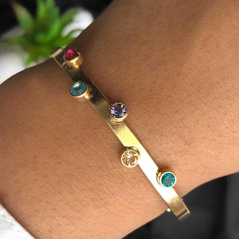 Bracelete Semi Joia Com Aro Liso e Aplicações De Zircônias Coloridas Folheado A Ouro 18k