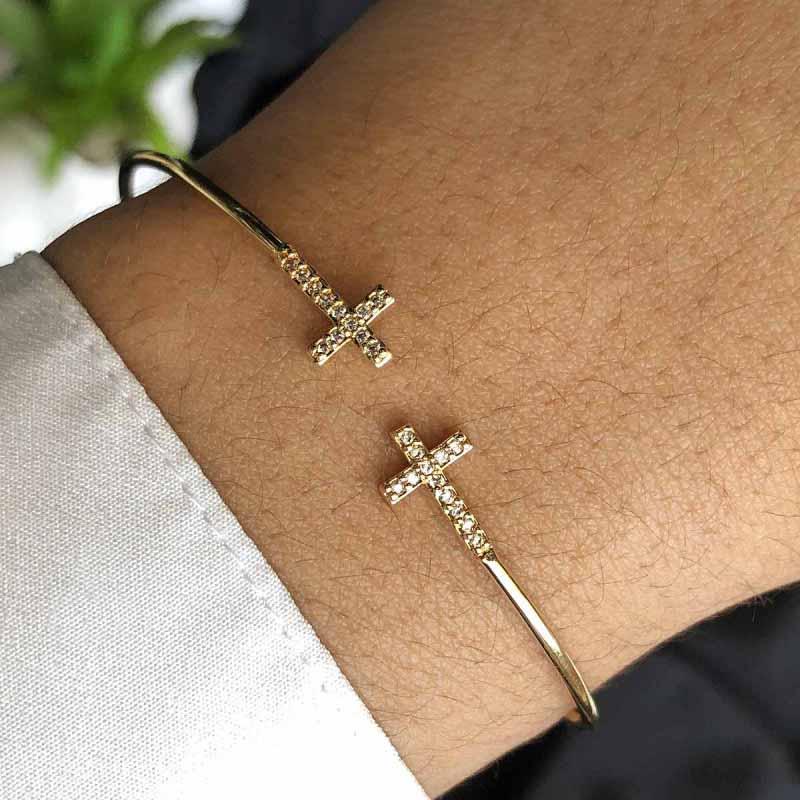 Bracelete Semijoia Tamanho Regulável Com Detalhes De Mini Cruz Cravejada Em Cristal Nas Pontas Folheado A Ouro 18k