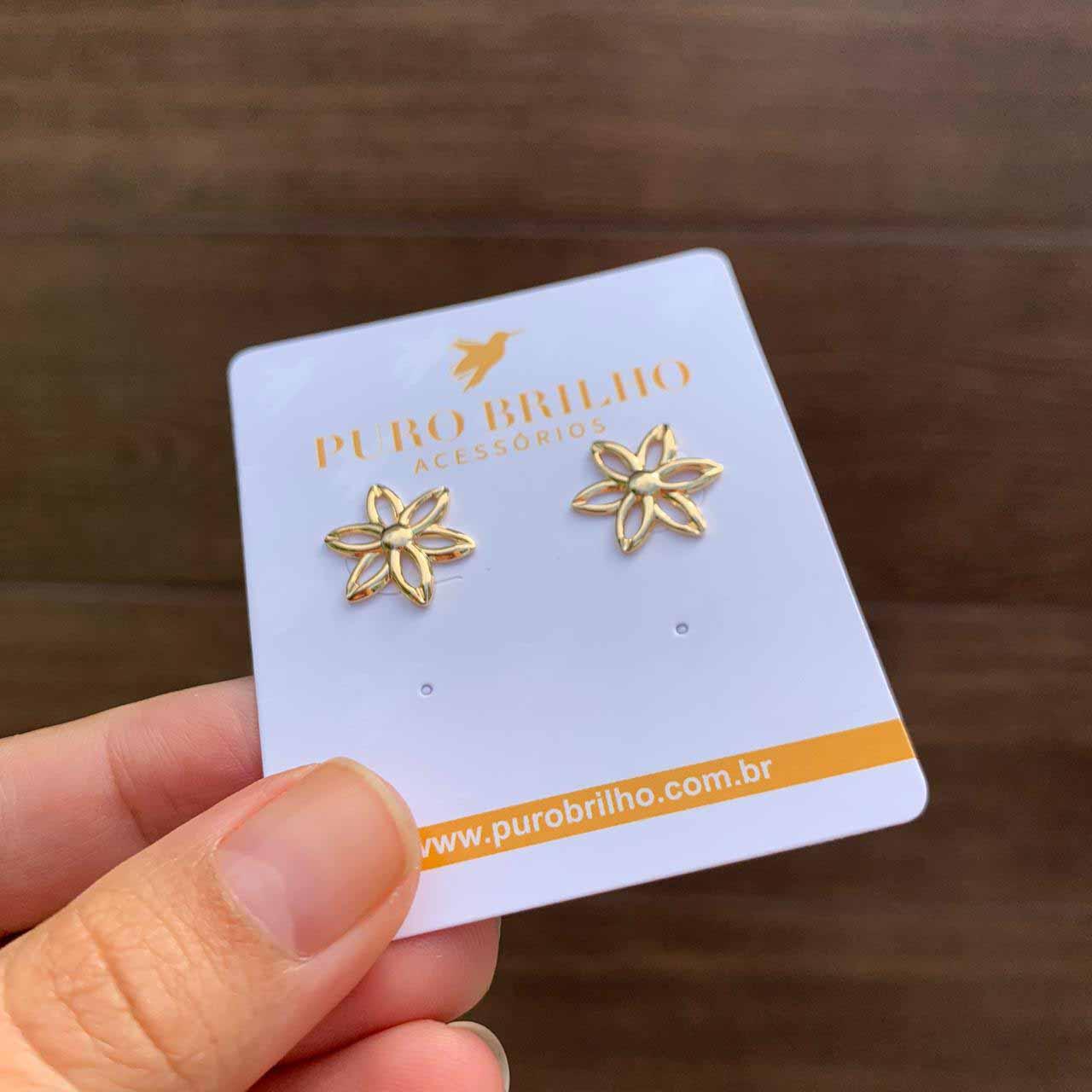 Brinco de flor vazada pequena folheada em ouro 18k