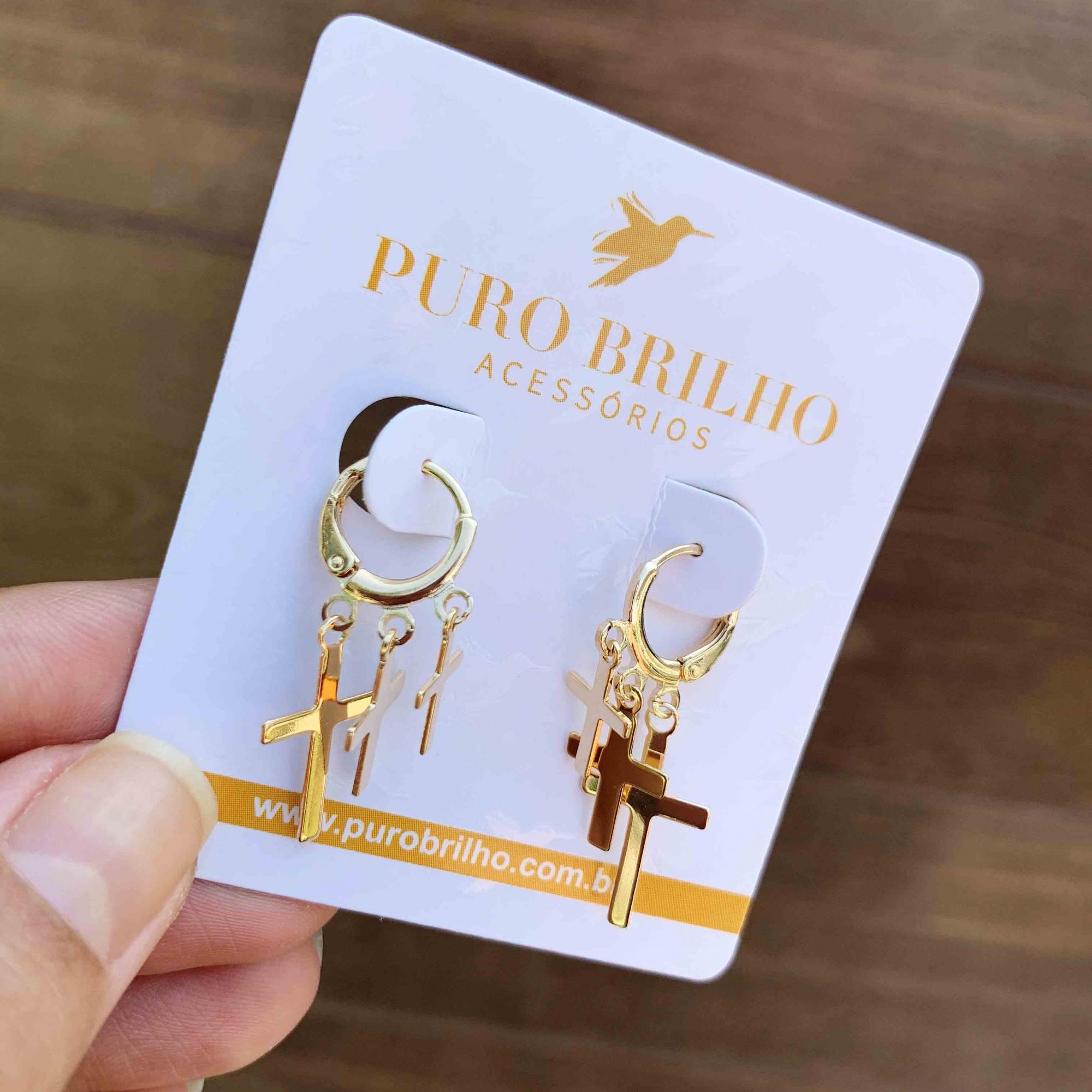 BRINCO SEMIJOIA ARGOLA COM PINGENTES CRUZ FOLHEADO A OURO 18K