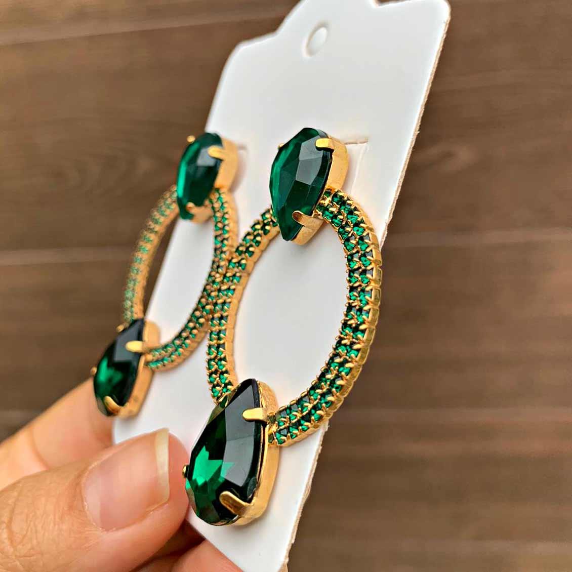 Brinco Semijoia Círculo Cravejado em Cristais Verde Escuro com Detalhe Gota Folheado a Ouro 18K