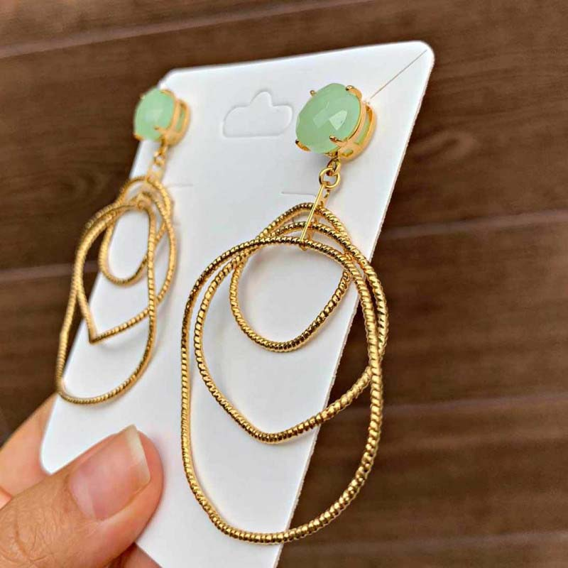 Brinco Semijoia Circulo Triplo Escovado Com Cristal Verde Claro Leitoso Folheado A Ouro 18k