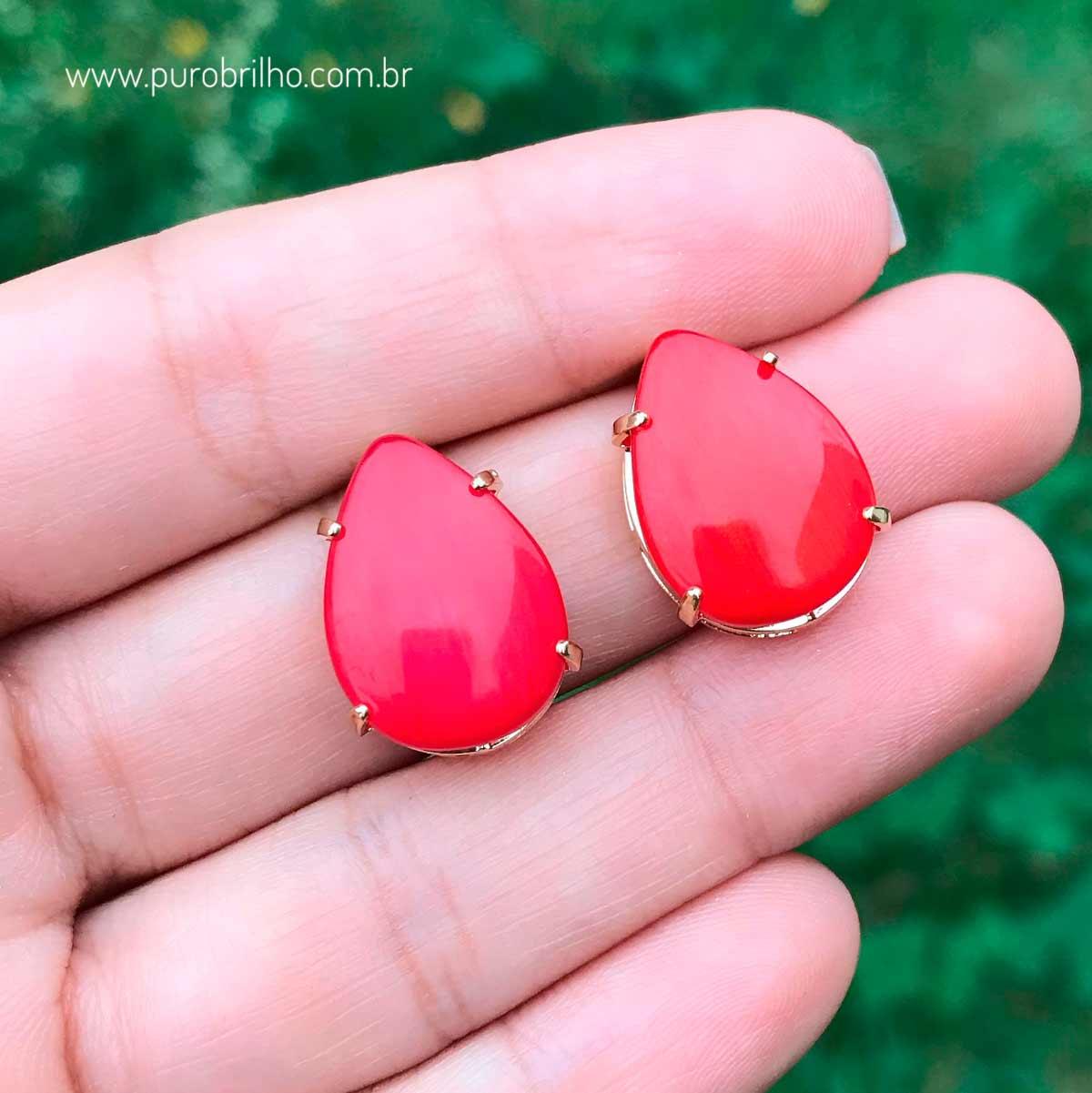 Brinco Semijoia com Pedra Sintética  Gota Vermelha e Laterais Vazadas Folheado a Ouro 18K