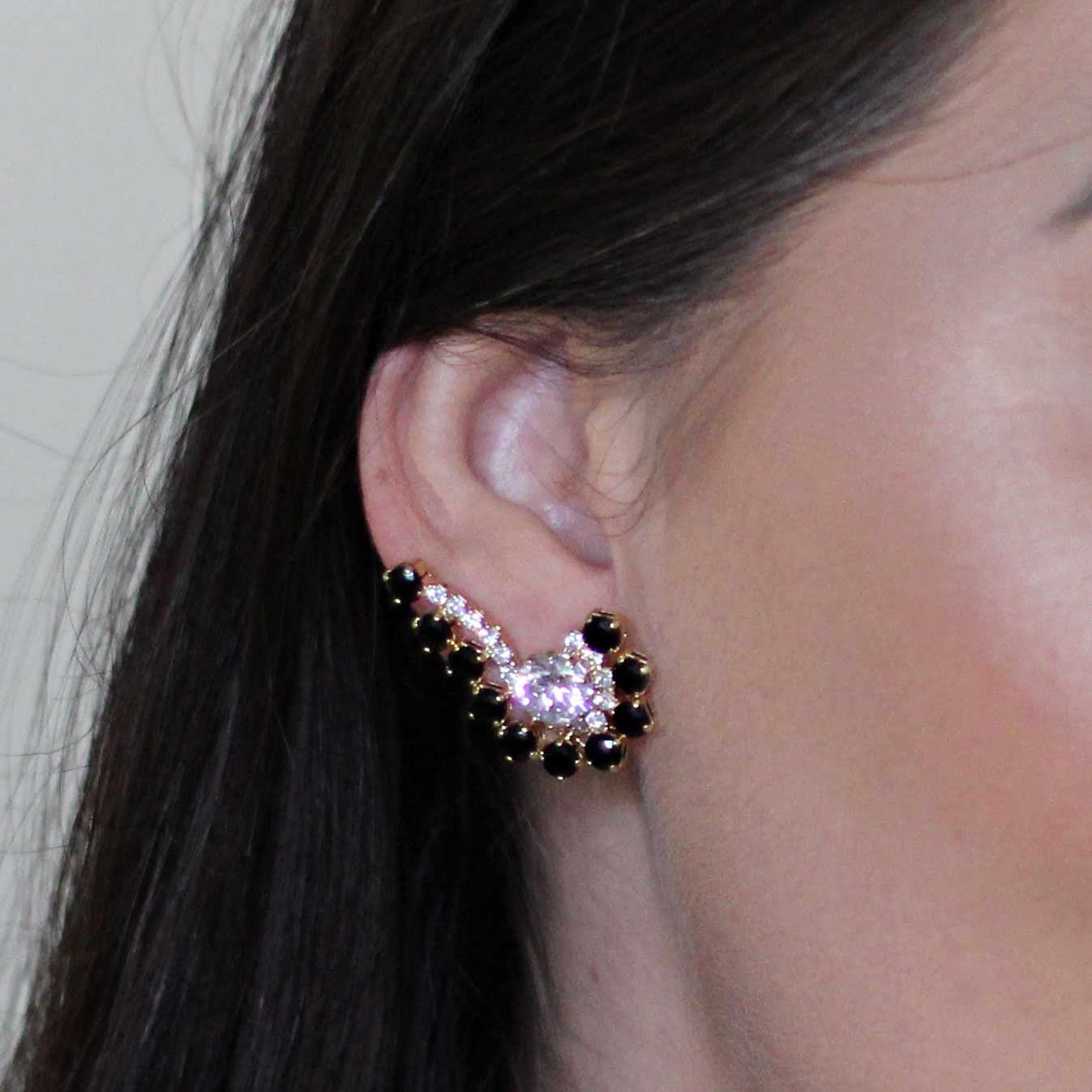 Brinco Semijoia Ear Cuff com Aplicações em Zircônias e Cristais Folheado a Ouro 18K