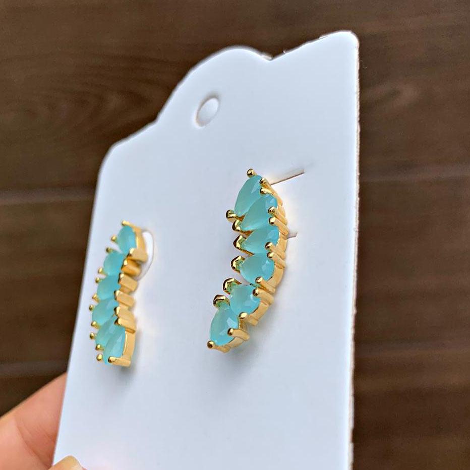Brinco Semijoia Ear Cuff Curvado com 6 Gotas de Zircônias Azul Claro Leitoso Folheado a Ouro 18K