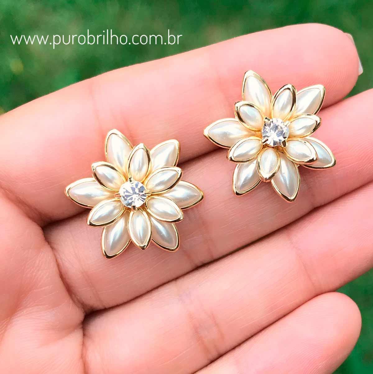 Brinco Semijoia Flor 3D com Pétalas Peroladas e Ponto de Luz Cristal Branco Folheado a Ouro 18K