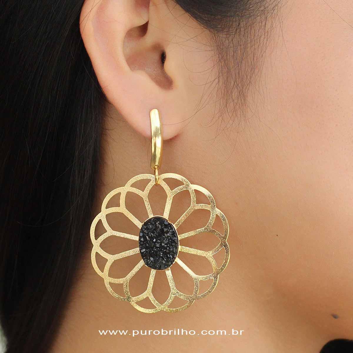 Brinco Semijoia Flor Vazada com Pedra Drusa Preta Folheado a Ouro 18K