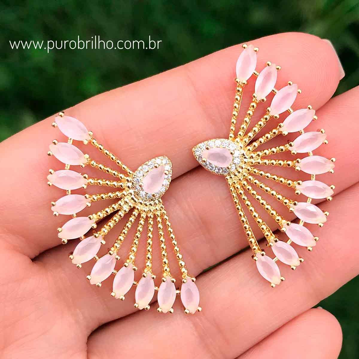 Brinco Semijoia Palitos Cravejados com Cristal Rosa Claro Leitoso Folheado a Ouro 18K