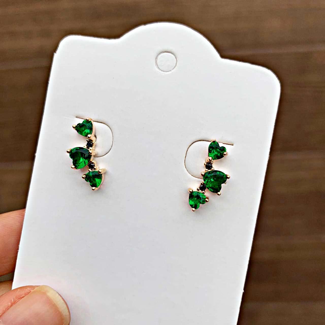 Brinco Semijoia Três Corações em Pedra Cristal Verde Esmeralda Folheado a Ouro 18K