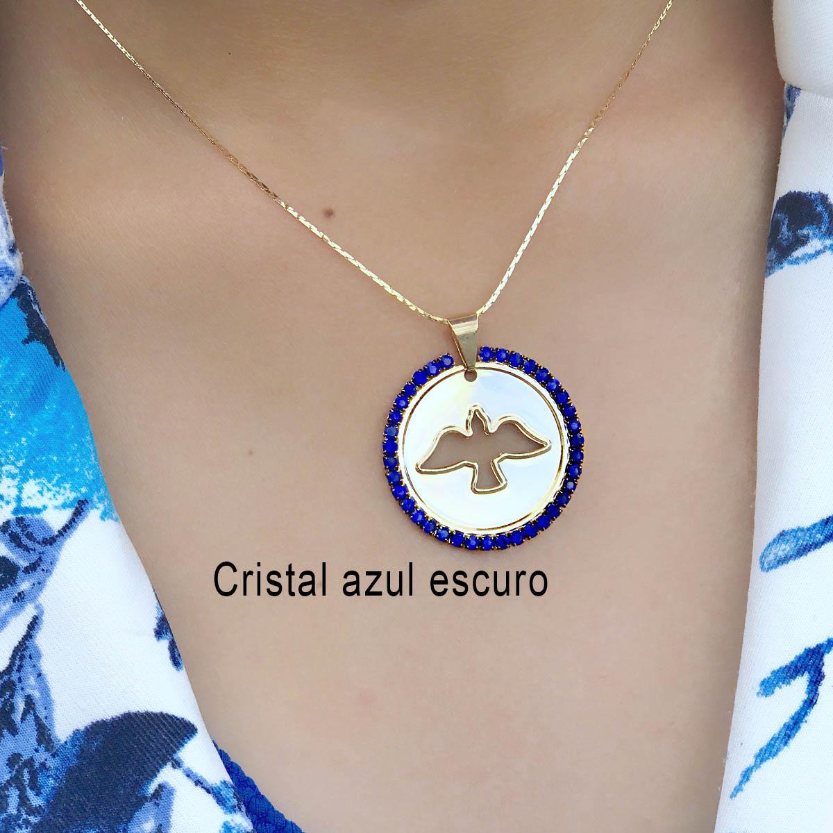 COLAR SEMIJOIA  COM MANDALA DE ESPÍRITO SANTO VAZADO E BORDAS CRAVEJADAS COM CRISTAIS EM CORES DIVERSAS-cristal azul esc