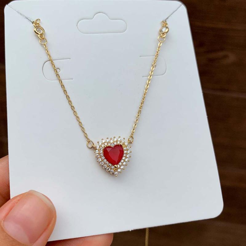 Colar Semijoia Com Pingente Coração Cravejado Com Zircônias Brancas E Pedra Vermelho Leitoso Folheado A Ouro 18k