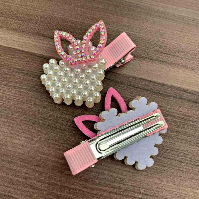 Presilha Bico De Pato Com Aplicação De Pérolas Em Formato Coração E Detalhes Rosa Claro
