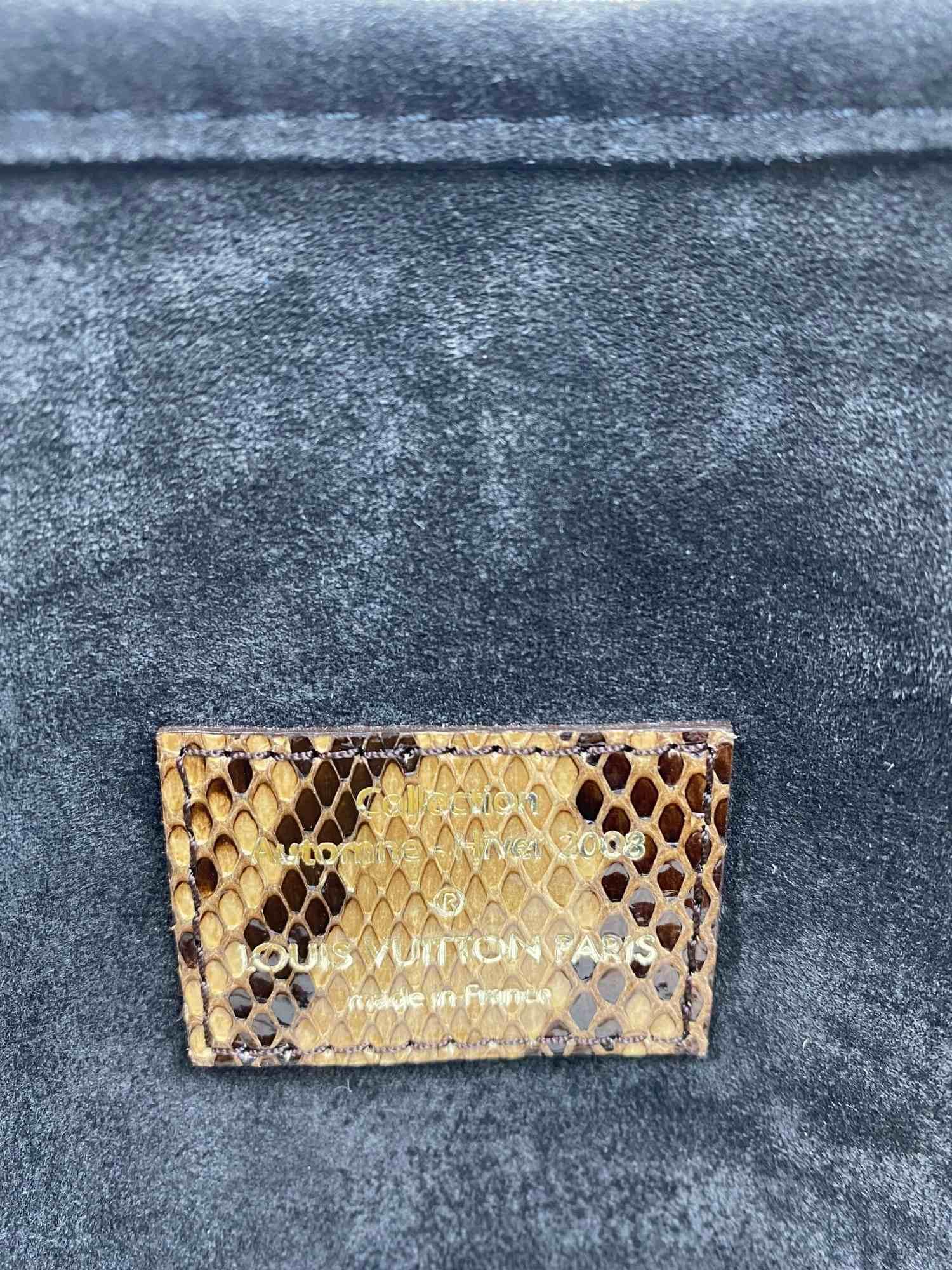 Bolsa Louis Vuitton Kohl Monogram Embossed Suede Whisper MM