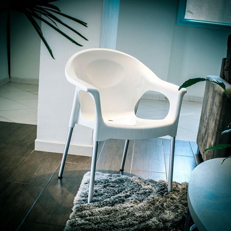 Cadeira plástica poltrona com pés em alumínio  - Reis Lixeiras