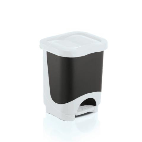 Lixeira plástica retangular com tampa e pedal plástico com cesto removível.