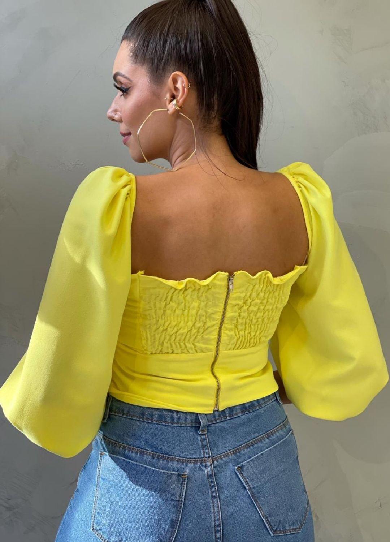 Cropped amarelo de malha com lastex