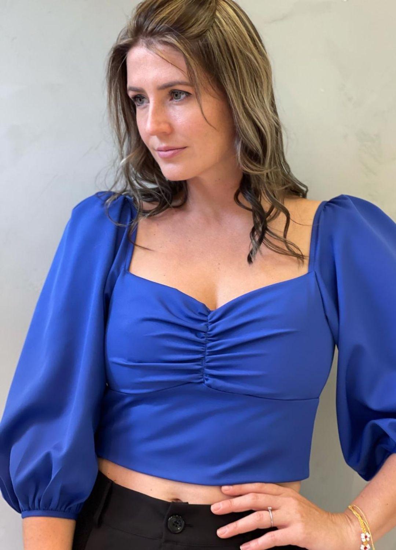 Cropped azul de malha com lastex