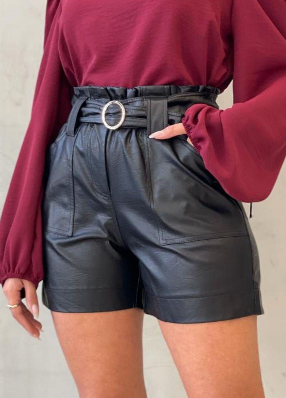 Short preto couro Eco com cinto