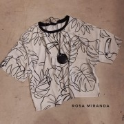 Blusa malha estampa em off white e preto
