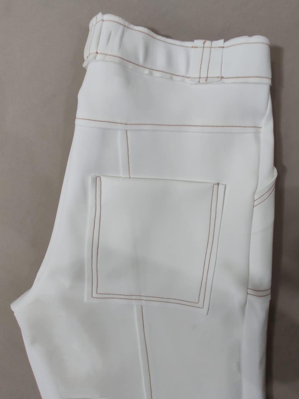 Calça flare neoprene com bolsos e pespontos marcados