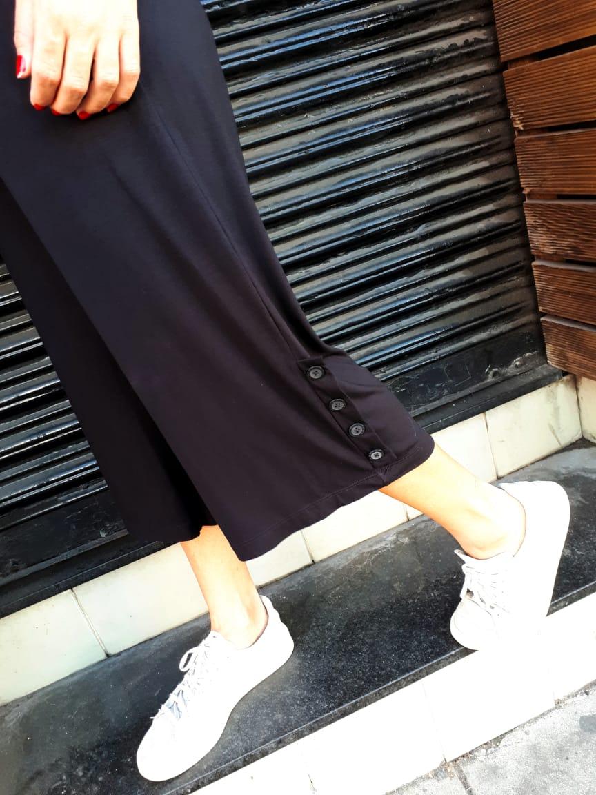 Calça pantacourt malha botoes bainha lateral