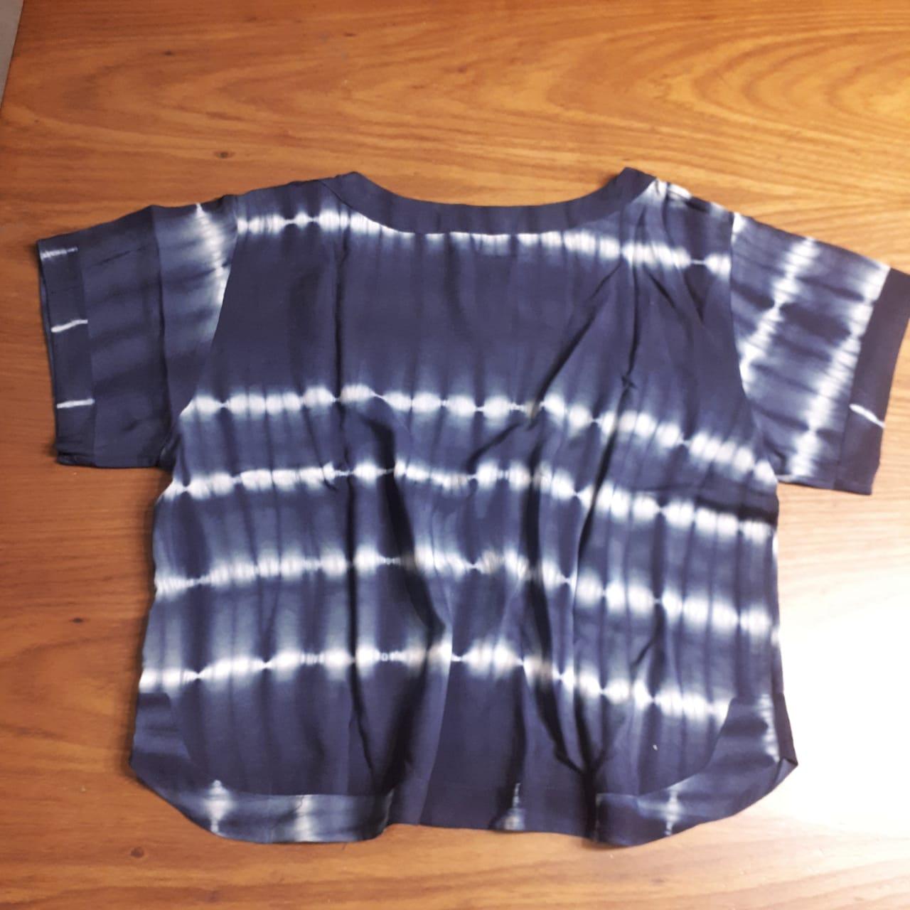 T- shirt viscose em duas versões, uma em  tie dye e a outra estampa rabiscos geométricos