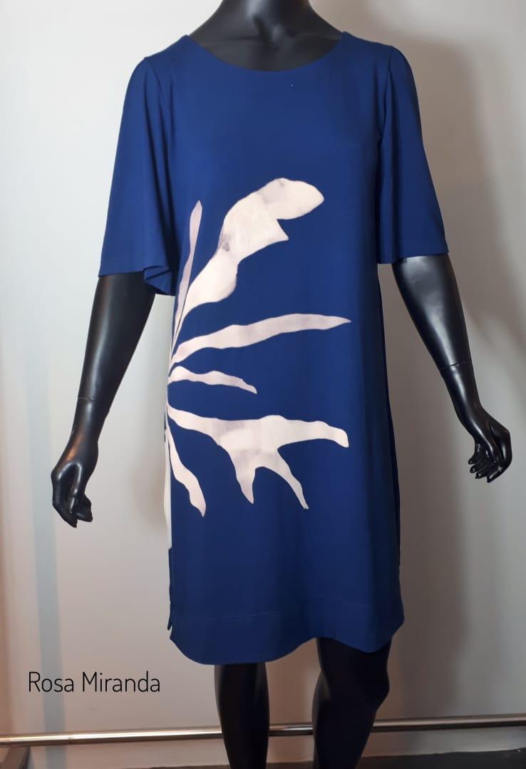 Vestido estilo t- shirt malha com trabalho tie dye flor lateral