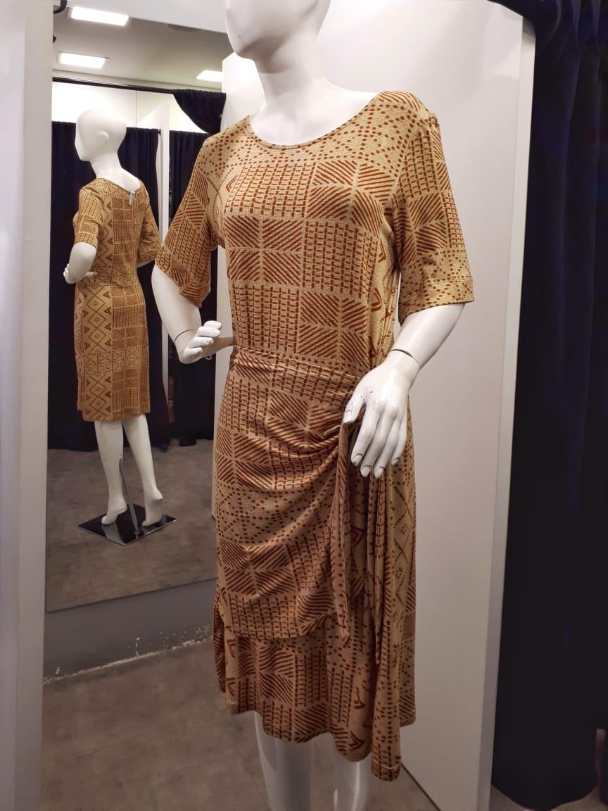 Vestido malha estampada saia transpassada