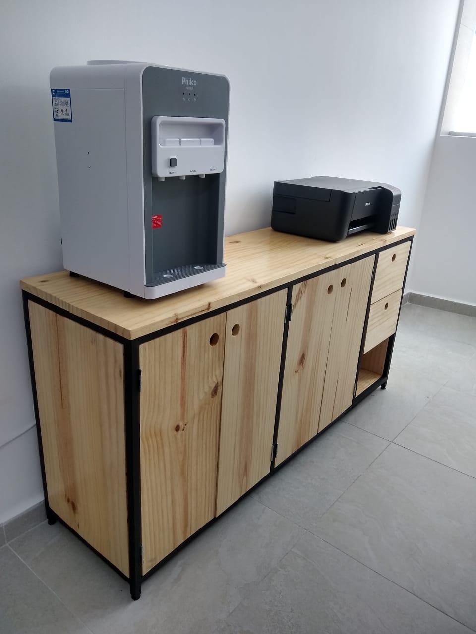 Armário 4 portas e 2 gavetas feito em madeira pinus e metalon