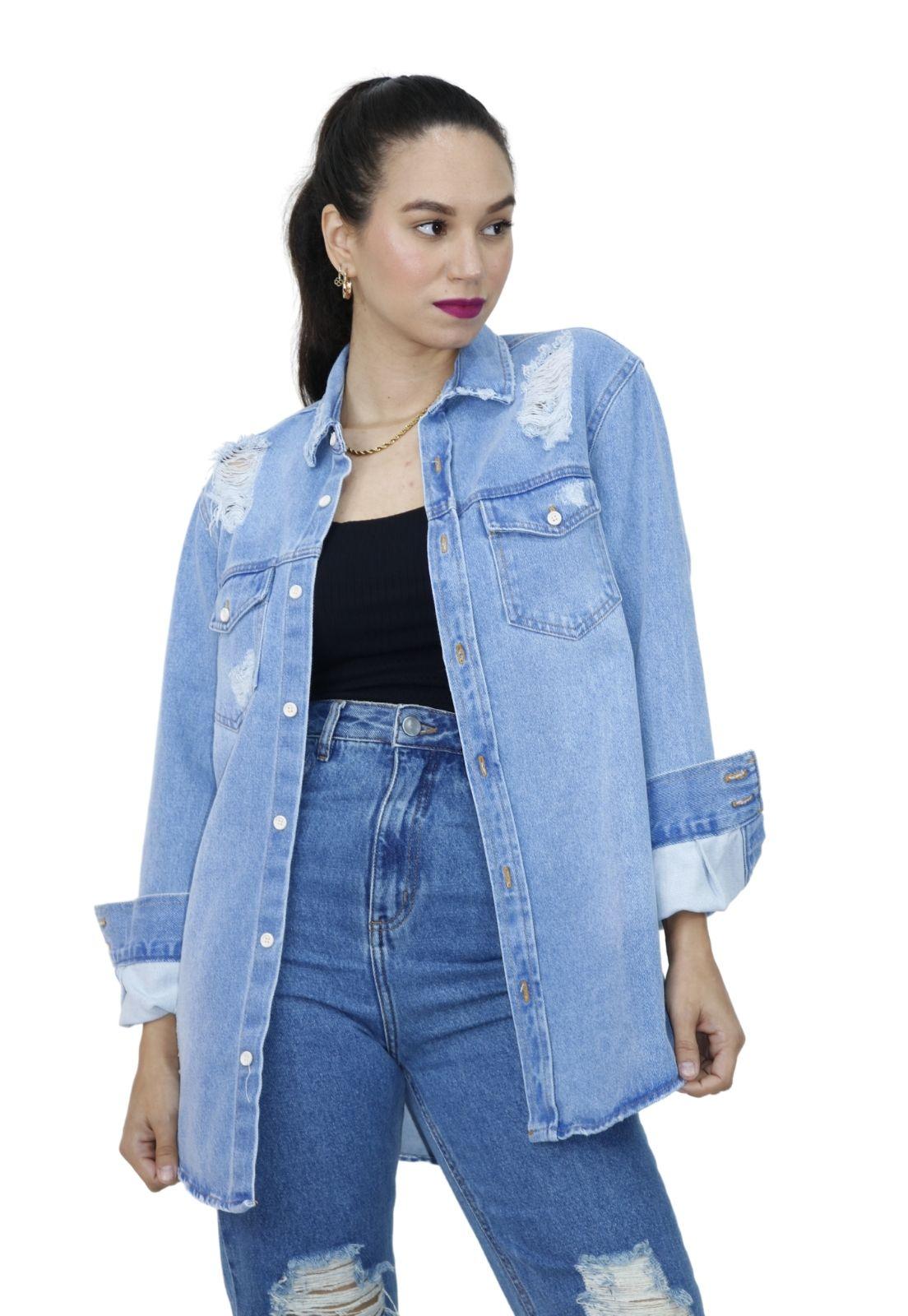 Camisa Feminina Manga Longa Jeans Claro Puídos e Bolsos
