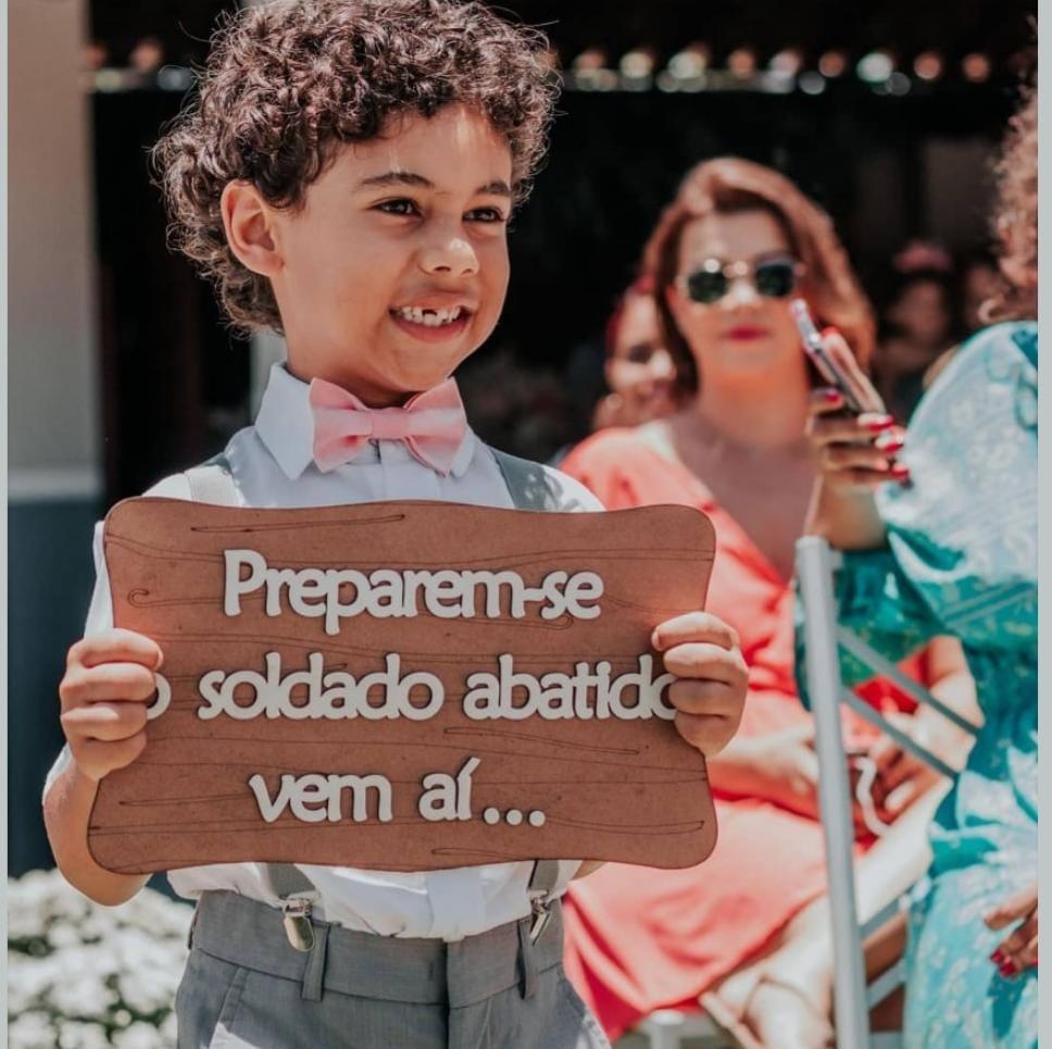 PLACA EM MDF CRU COM FRASE EM ALTO RELEVO BRANCA PERSONALIZADA