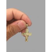 Pingente crucifixo - detalhes diamantado com Jesus Cristo banhado a ouro 18k