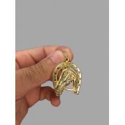 Pingente ferradura com cavalo  banhado a ouro 18k