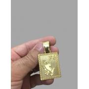 Pingente  Retangular com mãos rezando e escrita fé -   banhado a ouro 18k