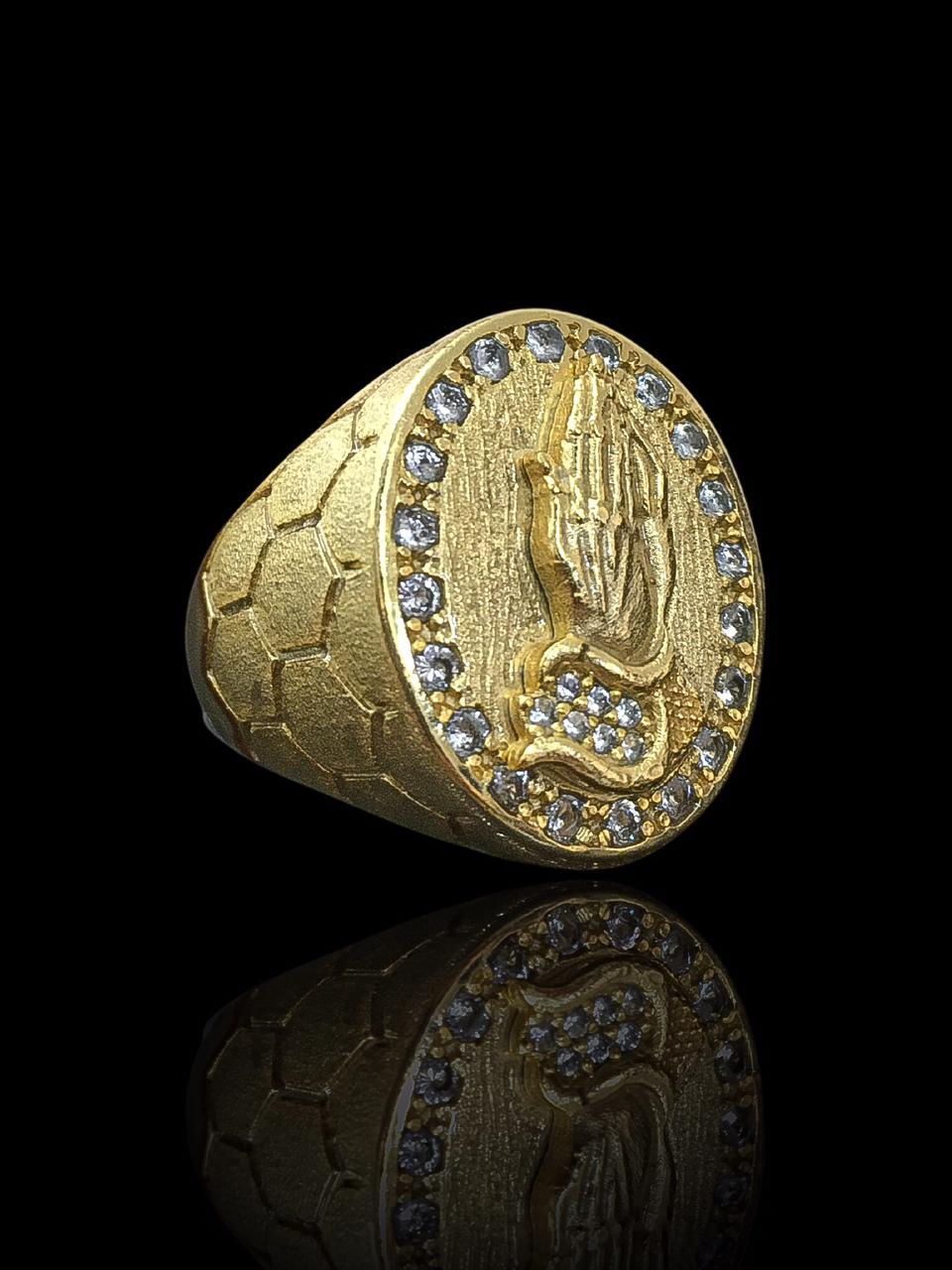 Anel masculino - Oval com Mãos Rezando - Borda cravejada de Zircônia - Detalhes nas laterais - banhado a ouro 18K -  14 g (prazo de 7 dias para a fabricação  )