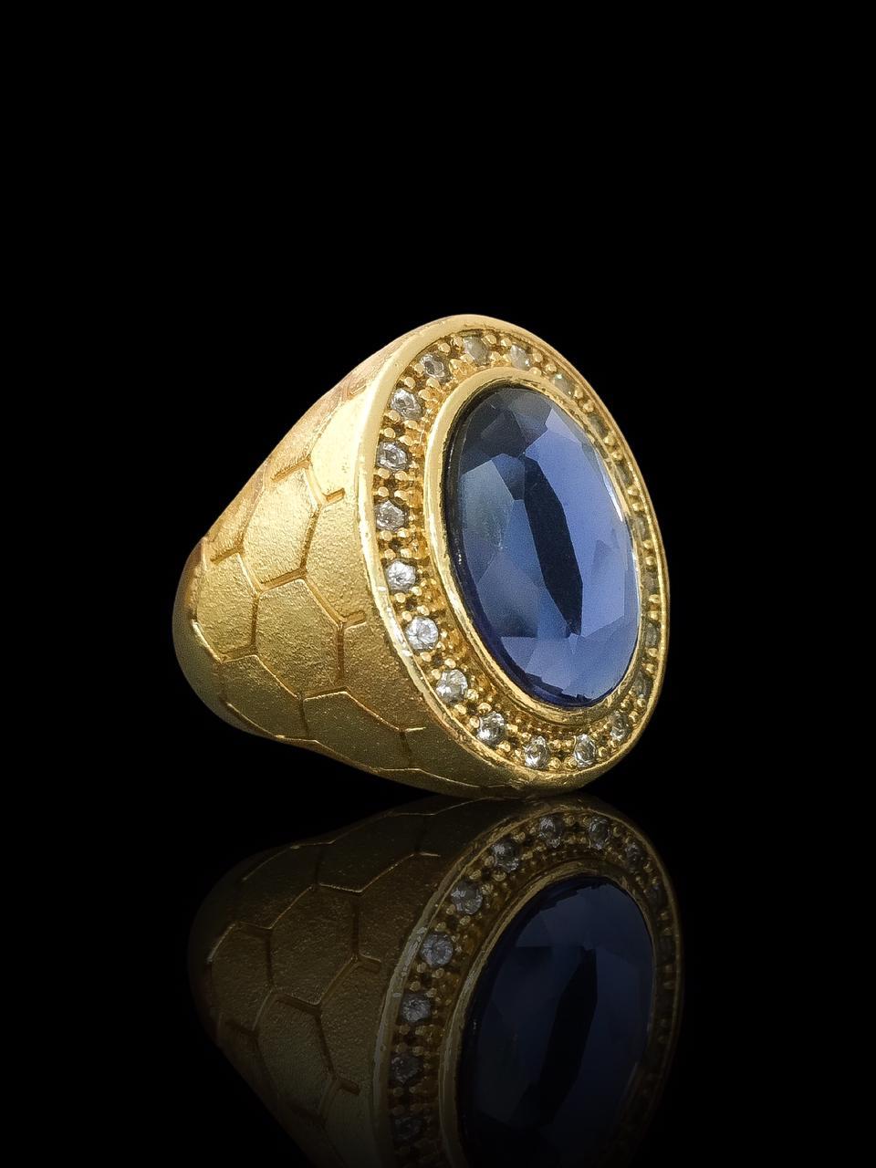 Anel masculino - Oval com Pedra azul 20- Borda cravejada de Zircônia - Detalhes nas laterais - banhado a ouro 18K -  20 g (prazo de 7 dias para a fabricação  )