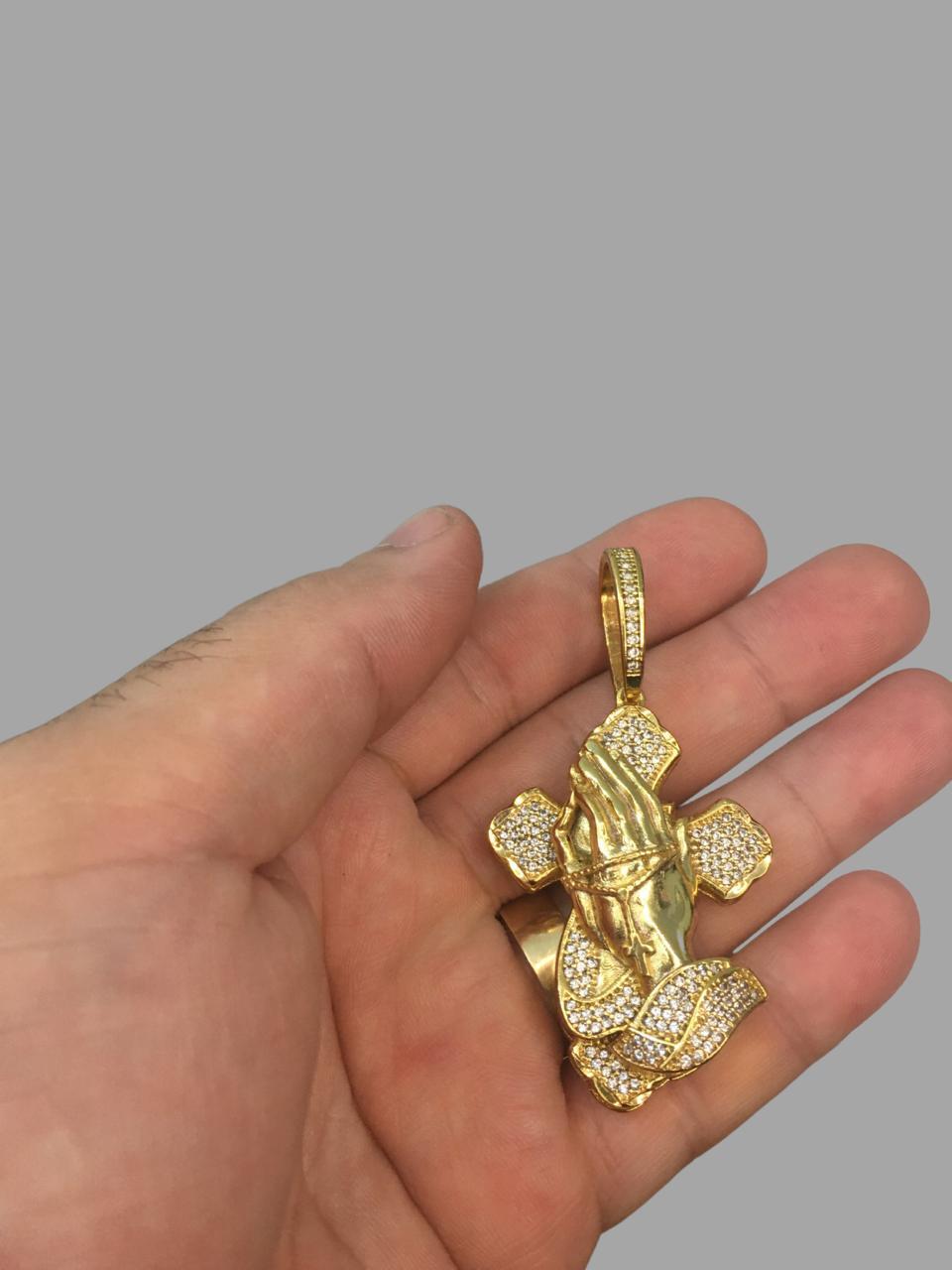 Crucifixo cravejado de zircônia com mãos rezando -   banhado a ouro 18k