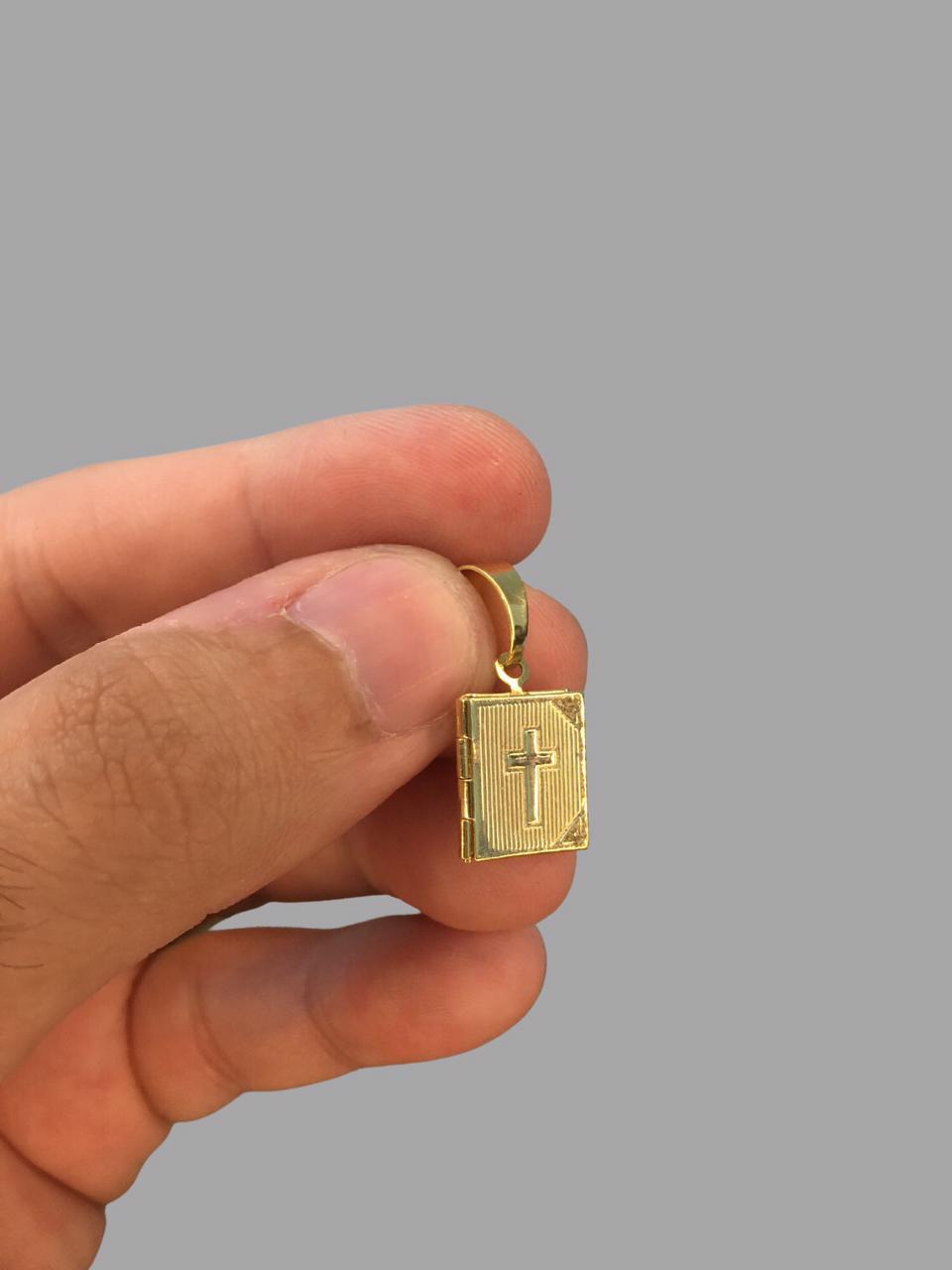 Pingente Bíblia sagrada ( abre e fecha)  banhado a ouro 18k