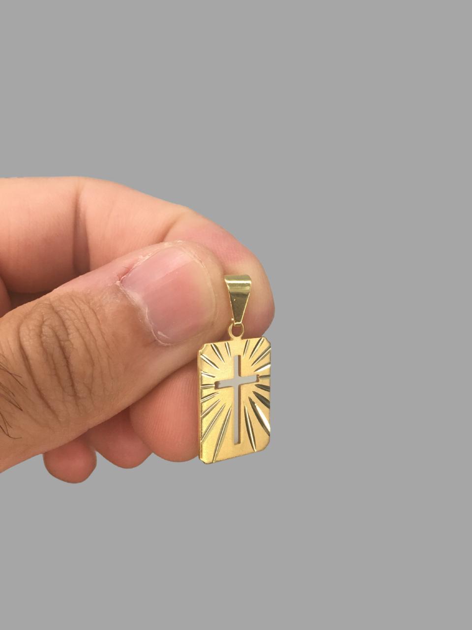 Pingente Chapa retangular com cruz vazada e detalhes diamantado - banhado a ouro 18k