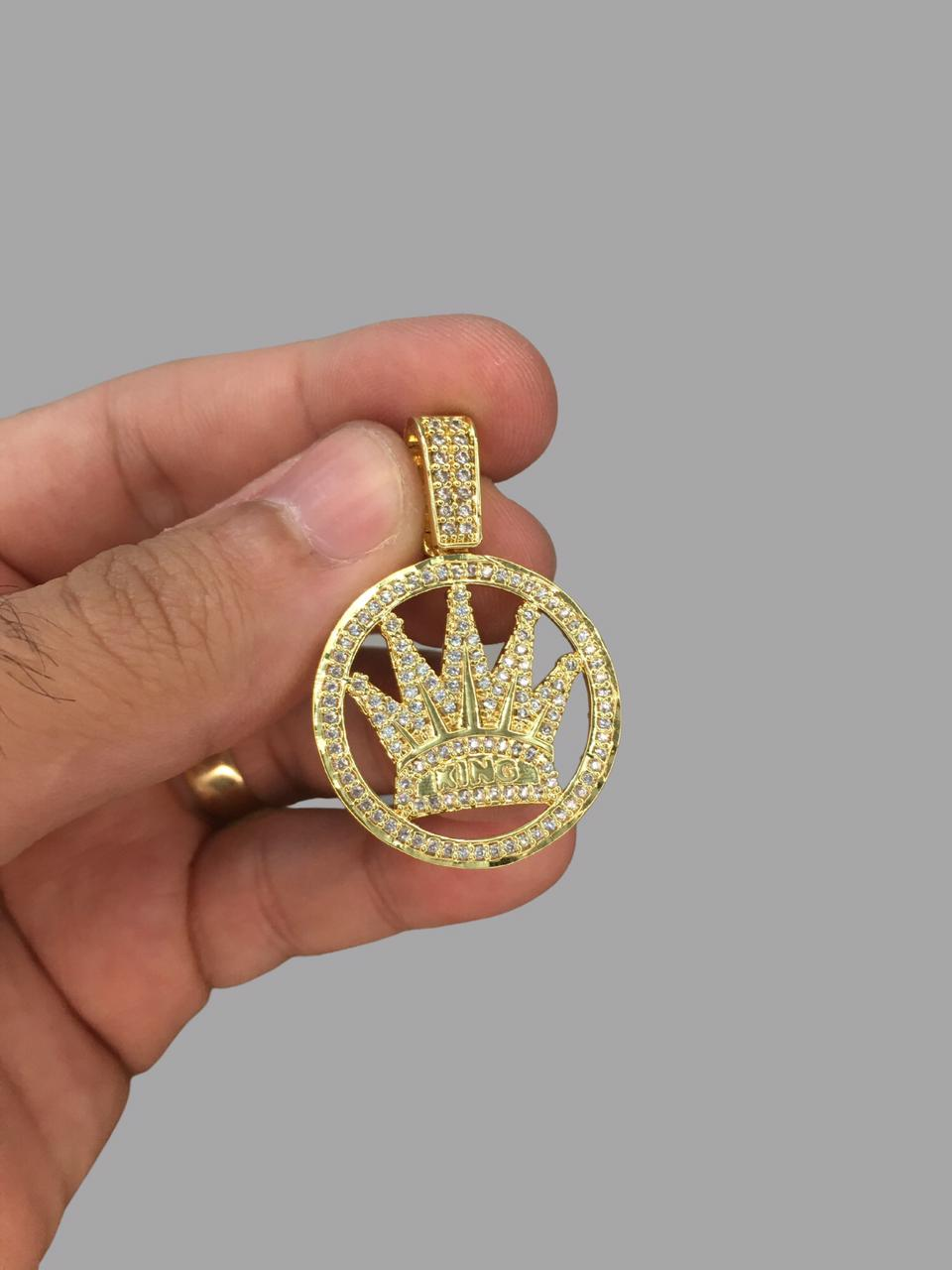 Pingente coroa king  - pedras cravejadas banhado a ouro 18k