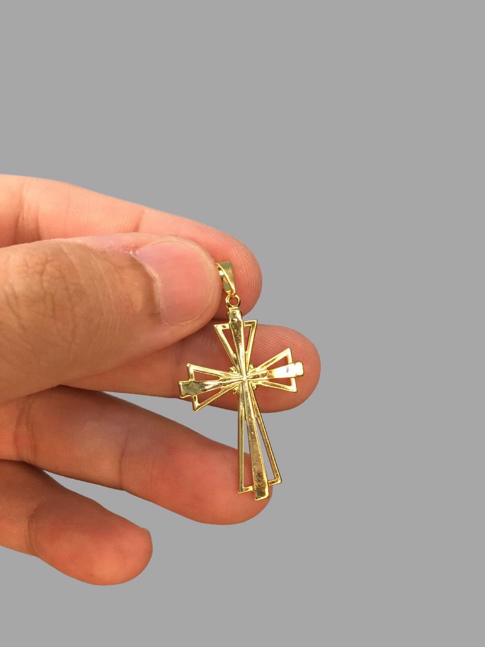 Pingente crucifixo cravejado de zircônia banhado a ouro 18k