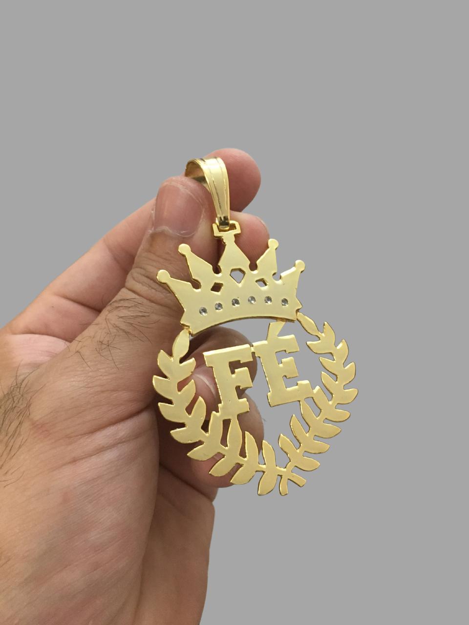 Pingente fé com coroa cravejada de zircônia  - banhado a ouro 18k