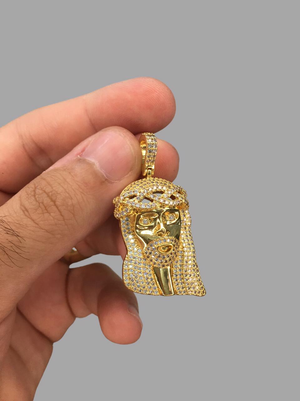 Pingente Jesus Cristo cravejado de zircônia  banhado a ouro 18k